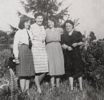 Norma Reeks and Joan Capon with their landlady and her daughter